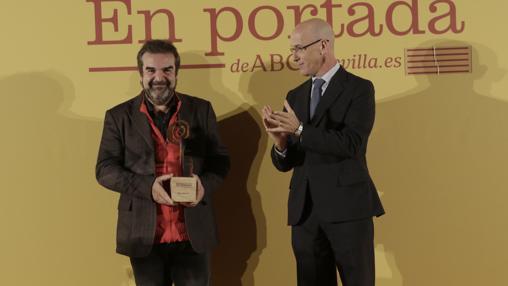 Gervasio Iglesias porta el galardón que le acaba d eentregar Manuel Contreras