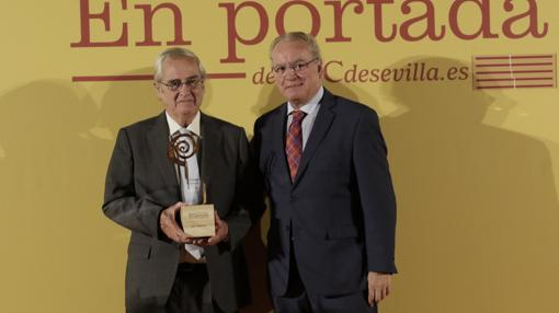 Ignacio Fernández-Vial sostiene el premio que le acaba de entregar Álvaro Ybarra