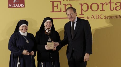 Sor Raquel y Sor Sacramento reciben el premio de manos de Álvaro Rodríguez Guitart