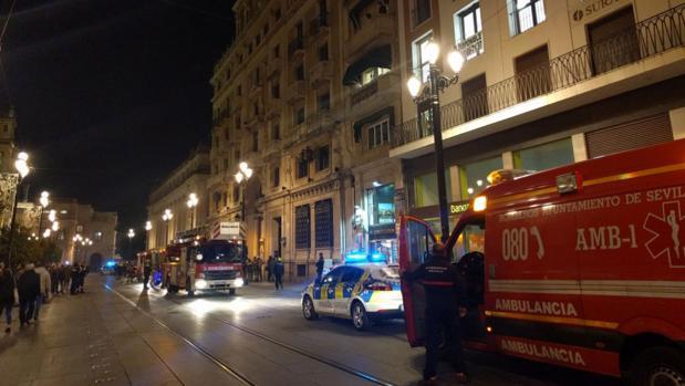 Camiones de bomberos y de policías en la avenida