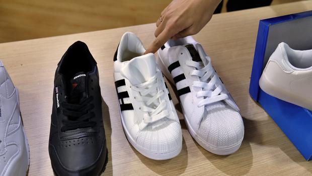 Algunos de los pares de zapatillas incautados por la Policía Local de Sevilla