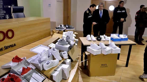 Parte de las zapatillas incautadas por la Policía Local de Sevilla