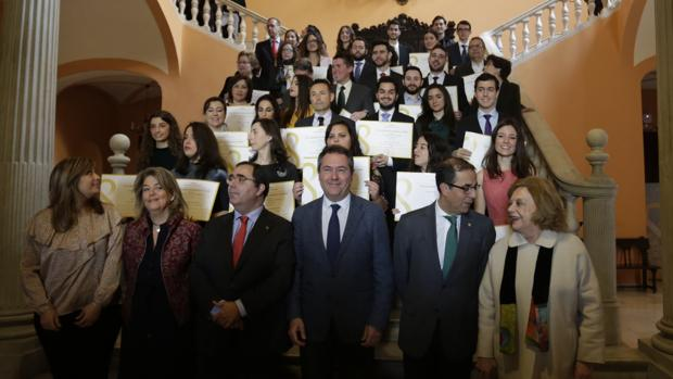 Foto con los premiados por el Ayuntamiento por sus expedientes académicos universitarios