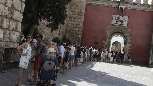 Una cola de visitantes ante el Real Alcázar de Sevilla