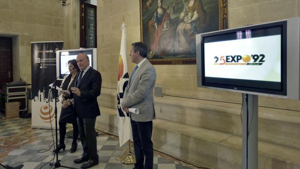 El alcalde, junto al comisario de los actos, Julio Cuesta, ayer en el Ayuntamiento