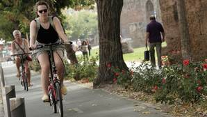Carril bici junto a la muralla de la Macarena
