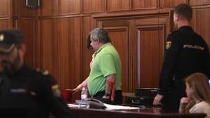 El acusado accedió el martes a la sala de vistas con una muleta