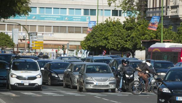 Tráfico denso en una zona céntrica de Sevilla