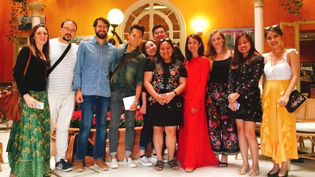 Blogueros sevillanos y asiáticos visitaron juntos los encantos de la ciudad