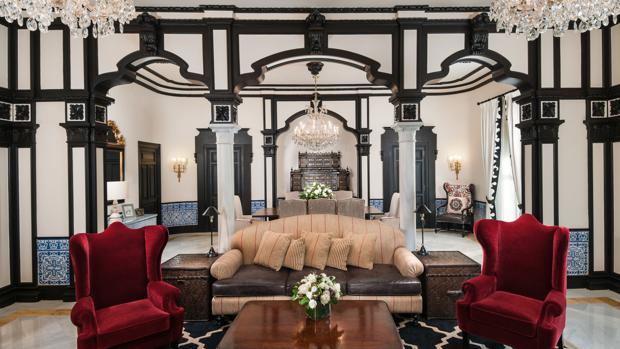 Suite Real del Hotel Alfonso XIII, que cuenta con un salón, dos cuartos y dos baños