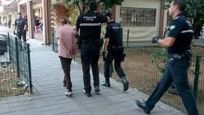 La Policía Local de Sevilla, en el momento de detener al agresor del Parque Alcosa