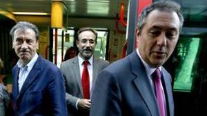 El alcalde de Sevilla, Juan Espadas, junto al consejero Felipe López, en un recorrido en el tranvía