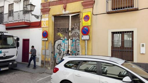 Los curiosos se asoman a la Puerta del convento en la calle Santa Clara