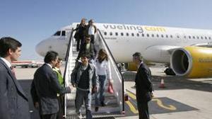 Pasajeros desembarcando de un avión de Vueling en el aeropuerto de Sevilla