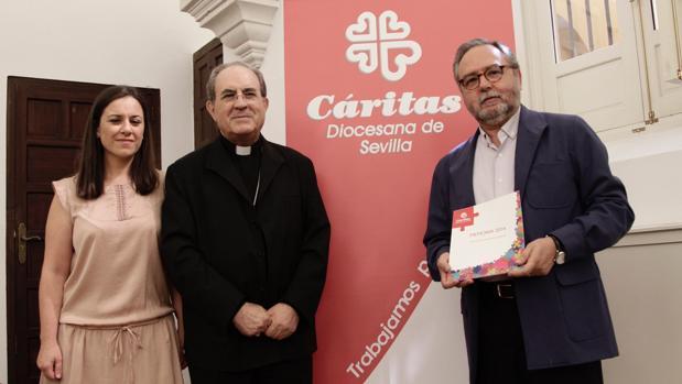 Monseñor Asenjo, junto a Mariano Pérez de Ayala, director de Cáritas