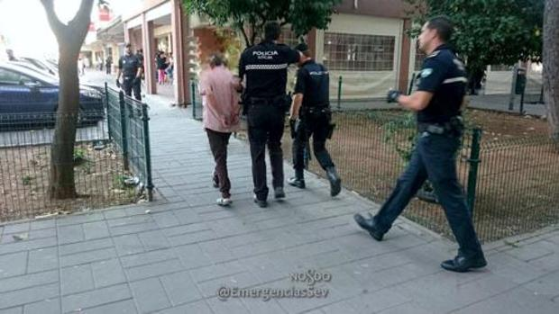 La Policía Local deteniendo al agresor del Parque Alcosa el 7 de junio