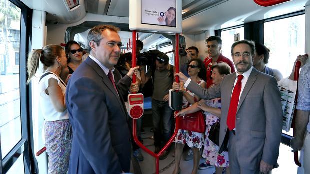 El alcalde Juan Espadas, junto al consejero José Fiscal hacen un viaje en el tranvía