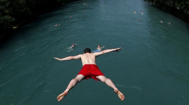 Bañistas en el Aar a su paso por la capital suiza, Berna