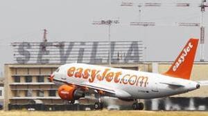 Un avión de la compañía Easyjet en el aeropuerto de Sevilla