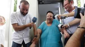 Esperanza Suárez, junto al gerente de Praysa, sale del ascensor