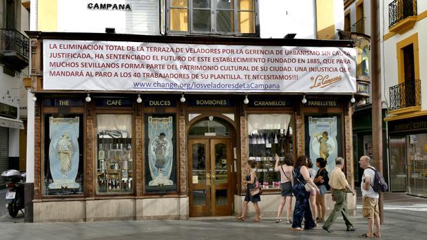 Pancarta reivindicativa en la confitería La Campana