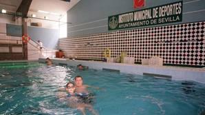 La piscina Virgen de los Reyes, frente al hospital Macarena, lleva más de tres años cerrada