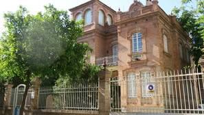 Edificio de estilo regionalista en el barrio de Nervión
