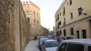 La almena ha caído intramuros, en la calle Macarena