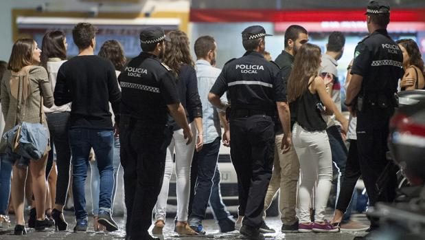 Agentes de la Policía Local de Sevilla actuando en una zona de marcha del Centro de la ciudad