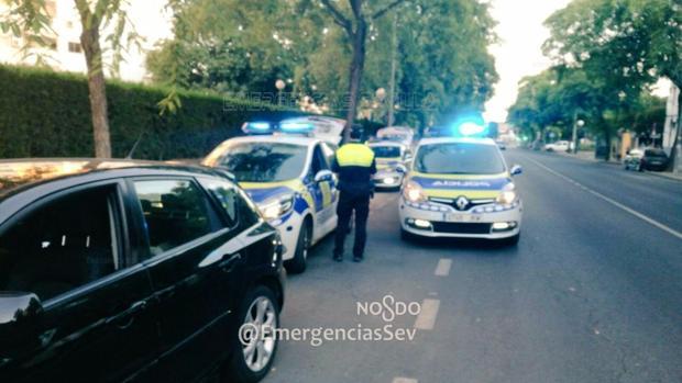 Un agente de la Policía Local de Sevilla impone una sanción