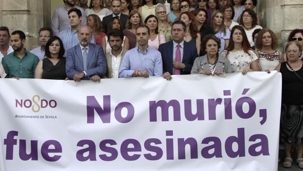 Concentración contra el maltrato a las puertas del Ayuntamiento de Sevilla