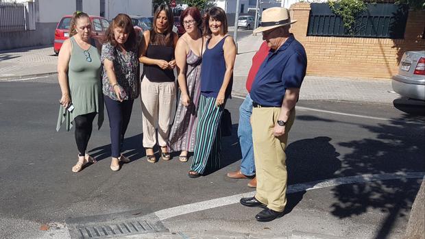 La concejal popular Evelia Rincón, con vecinos de Ciudad Jardín