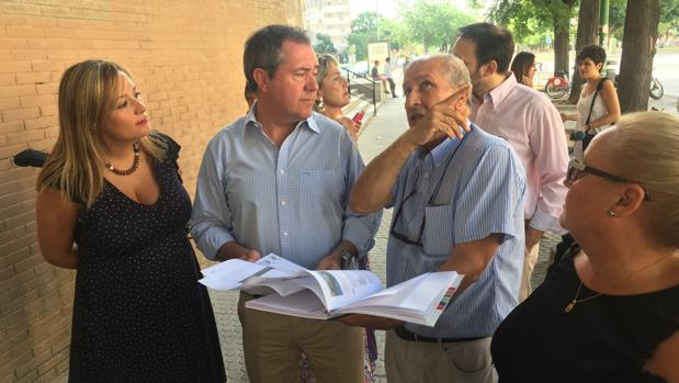 Juan Espadas ha visitado este lunes el centro cívico Los Carteros
