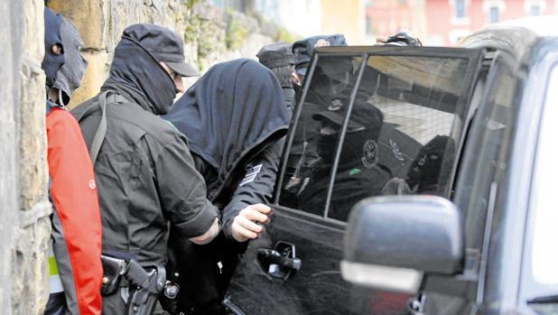 Uno de los detenidos en una operación contra los ladrones de ley