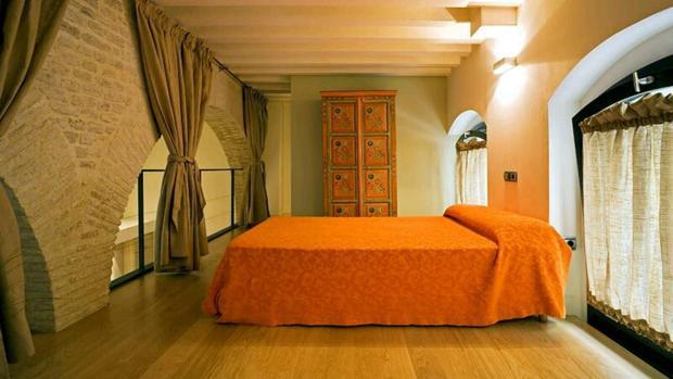 La muralla almohade de Sevilla como una de las paredes de una habitación en la calle Santas Patronas