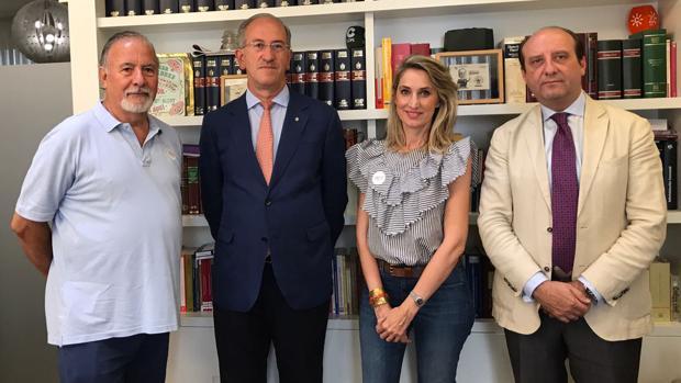 De izquierda a derecha, Joaquín Peña, Presidente de la Asociación ELA; Juan José Martín, presidente del Rotary Club de Sevilla; Patricia García, psicóloga y coordinadora de ELA; y Joaquín Moeckel