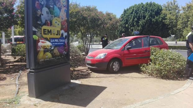 Uno de los vehículos ha invadido la zona ajardinada