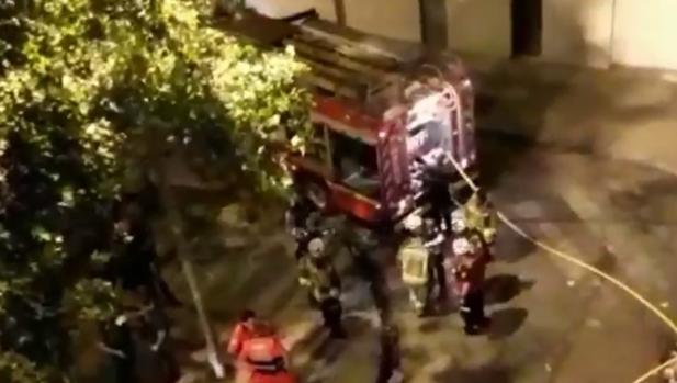 Bomberos trabajan en la extinción del incendio producido este jueves en una vivienda de Sevilla