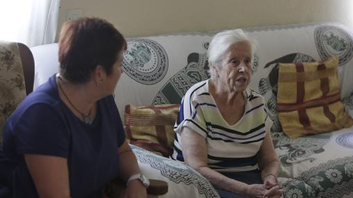 Mercedes Pérez, junto a su hija Tuli, en su vivienda