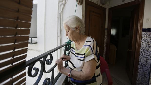 Una de las vecinas de el Carmen contempla la calle