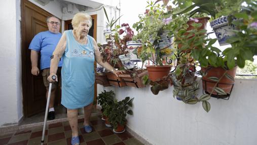 Francisca Liñán, en el descansillo de su vivienda