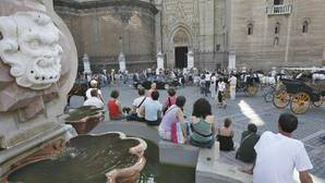 Turistas en la plaza Virgen de los Reyes
