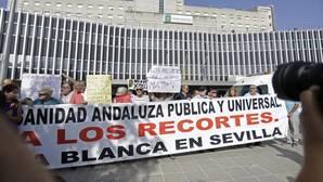 Manifestación de Marea Blanca a las puertas del Hospital de Valme