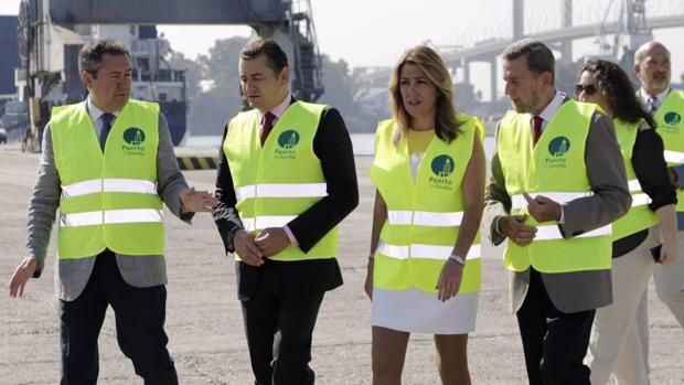 La presidenta de la Junta de Andalucía, junto al presidente de la Autoridad Portuaria, el delegado del Gobierno en Andalucía, y el alcalde de Sevilla durante su visita el Puerto de Sevilla