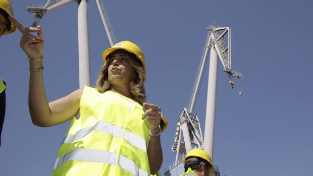 La presidenta de la Junta de Andalucía durante su visita al Puerto de Sevilla