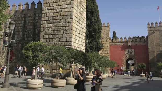 Turistas en la Puerta del León del Real Alcazár de Sevilla