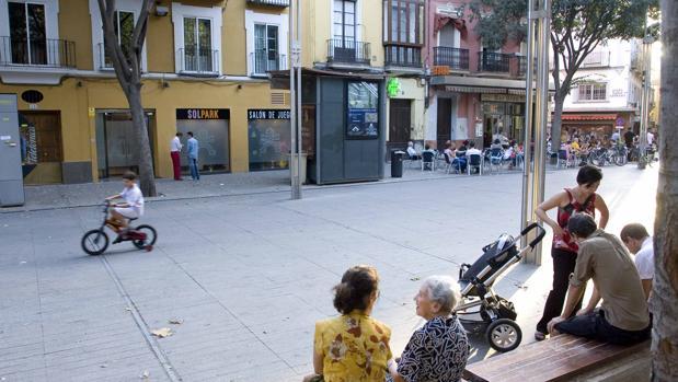 Niños y mayores en la plaza de la Alfalfa, en el centro de Sevilla