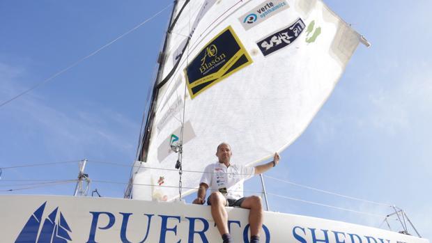 Pablo Torres, de 35 años, en lo alto de la cubierta de «El Bicho II» de 6,5 metros de eslora