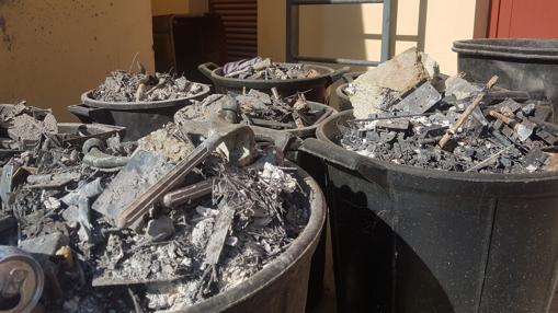 Restos de prótesis procedentes de incineraciones apiladas en el cementerio