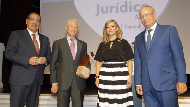 Antonio Pulido, Rafael Leña, Isabel Mayo y Álvaro Ybarra, durante la entrega del premio al notario